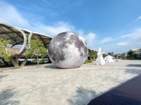 10米高夢幻月球免費拍!超大月兔共遊宜蘭冬山!打卡消費再贈好禮,抽 iPhone、Gopro!