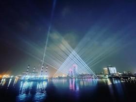 高雄跨年全攻略!絢麗燈光秀、光雕秀、海上舞台登場!2021 「跨百光年」還有體感投影裝置藝術在捷運中央公園站、美麗島站!
