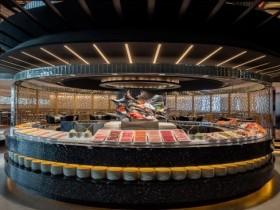 台北晶華酒店栢麗廳一整月晚餐時段,女生著黃色衣服配件用餐,二人同行一人免費!