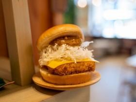 摩斯漢堡「早餐咖哩豬排堡」強勢回歸!8月新品搶先看,「摩斯辣味雞塊」不可錯過!